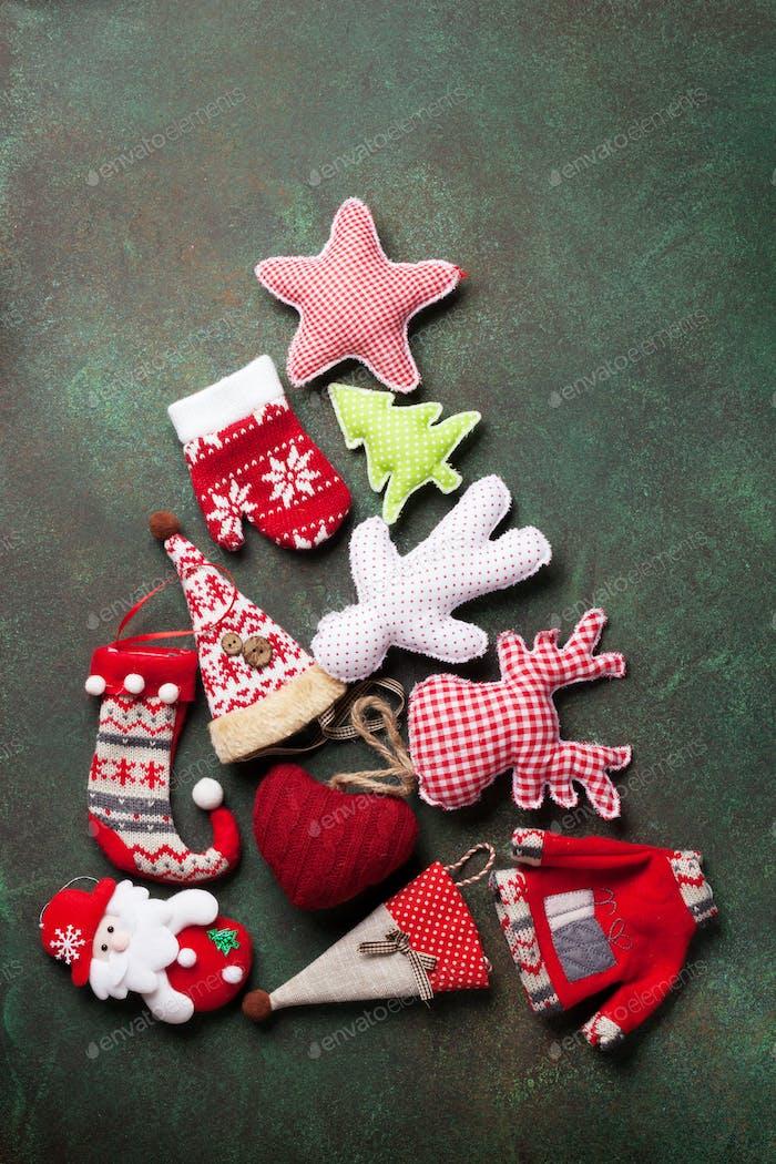 Weihnachtsdekoration Tannenbaumform auf Steintisch