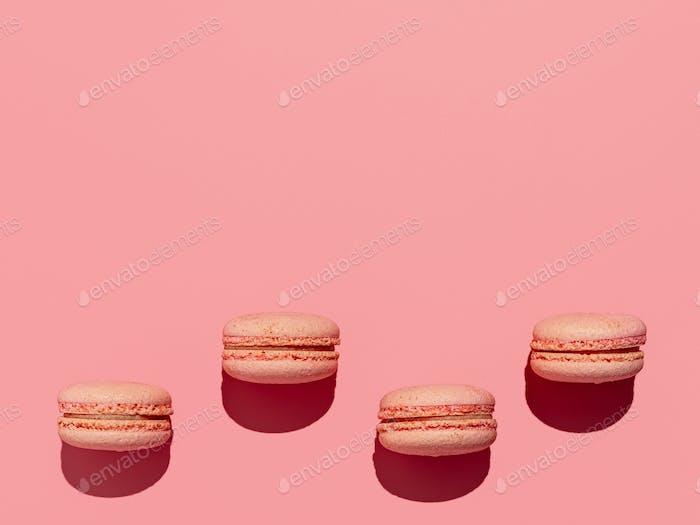 Macarons auf rosa, Kopierraum, hartes Licht
