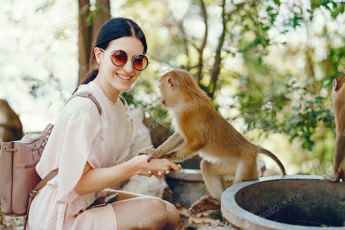 Mädchen spielen mit Affe