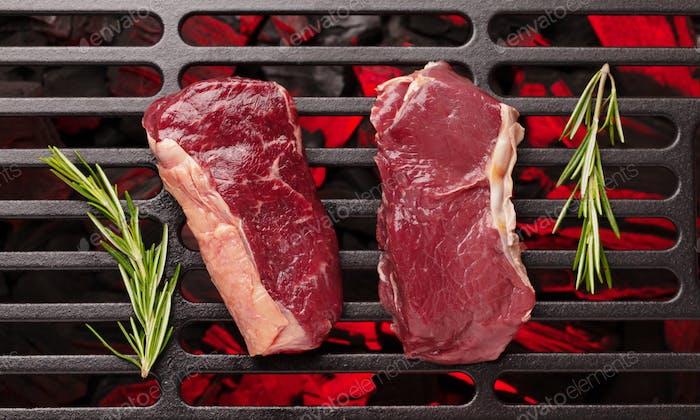 Rohes Rindfleischsteak auf dem Grill kochen