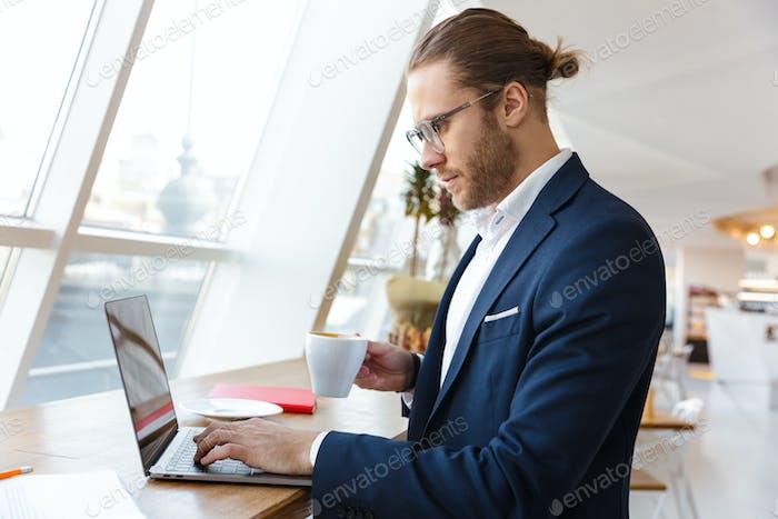 Ernst konzentrierter junger Geschäftsmann