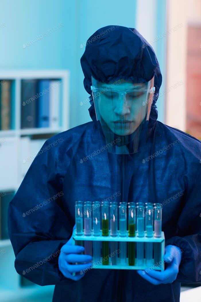 Arbeiter, die Reagenzgläser im Labor tragen