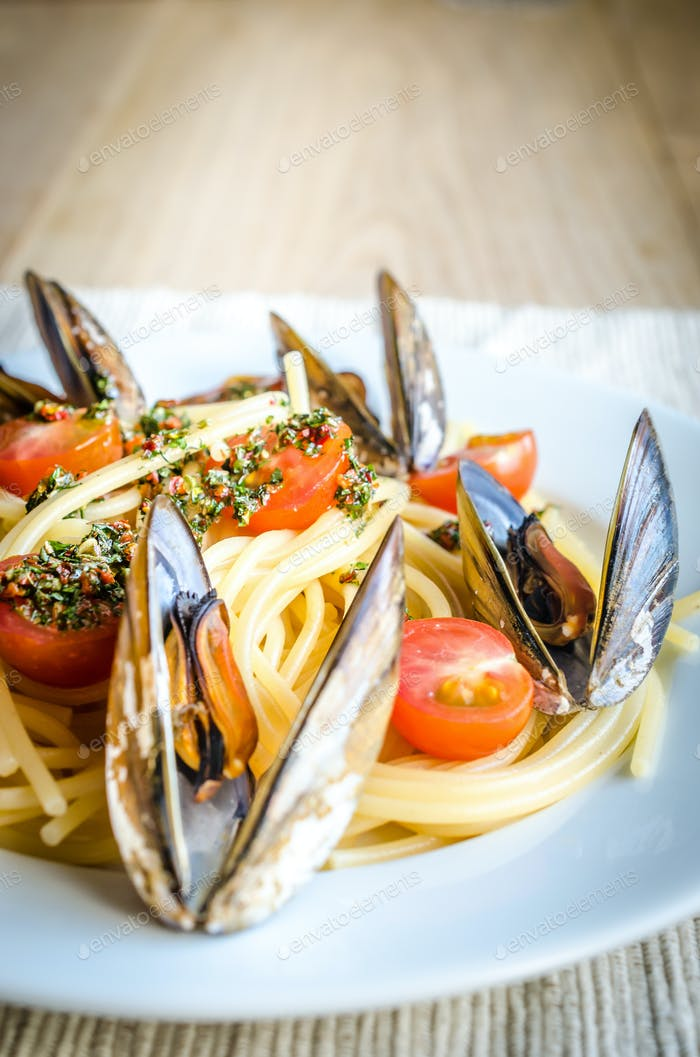 Spaghetti with mussels and cherry tomatoes