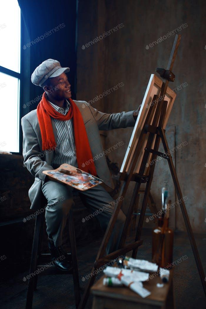 Модный художник с палитрой позы на станке