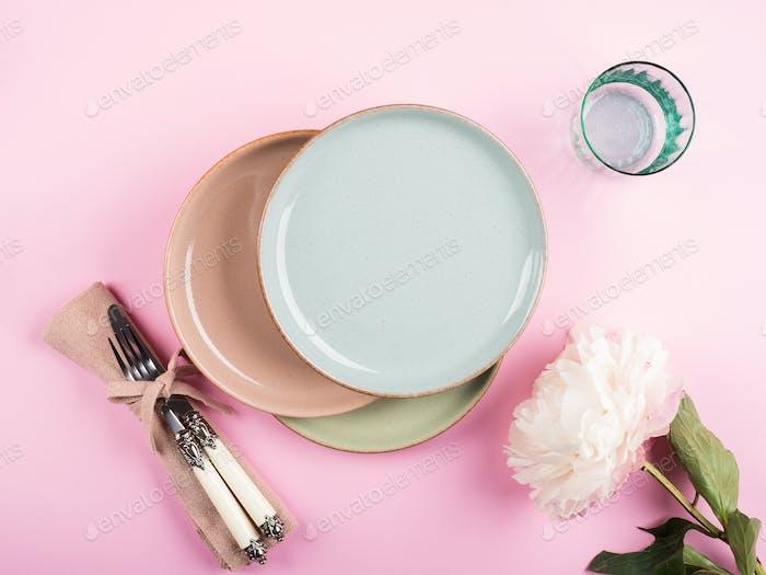 Platos de color pastel en rosa