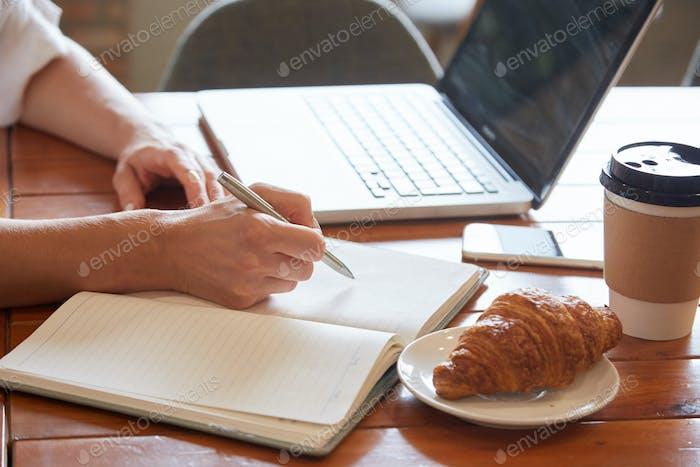 Student nimmt Notizen