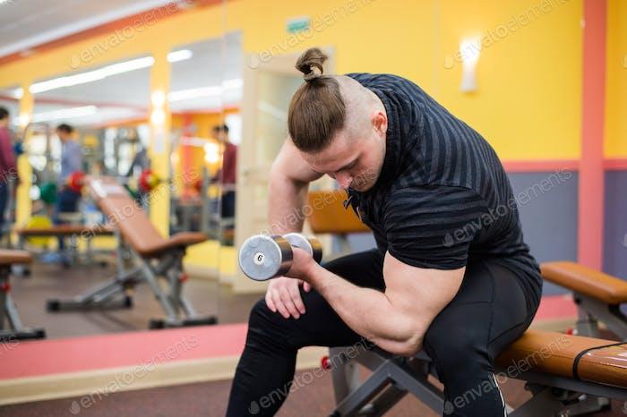 Nahaufnahme eines Bodybuilder ausarbeiten