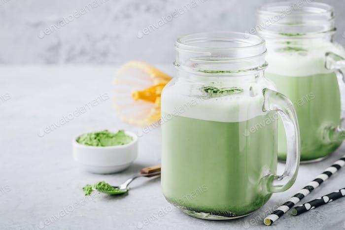 Vanillegrüner Tee Matcha Smoothie im Einmachglas
