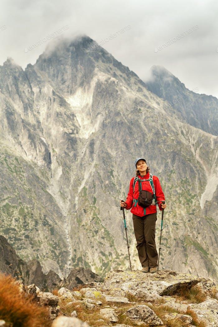 Senderismo Mujer Alegre de estar en las montañas