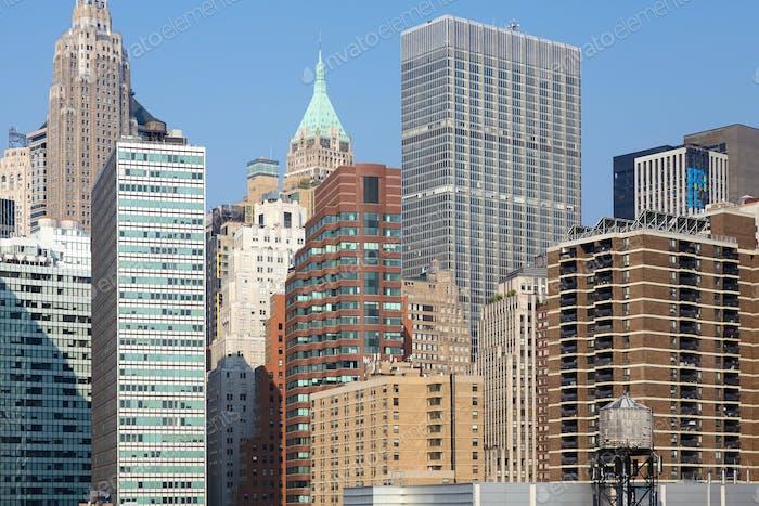 Stadtbild von Manhattan mit einem Wasserturm.