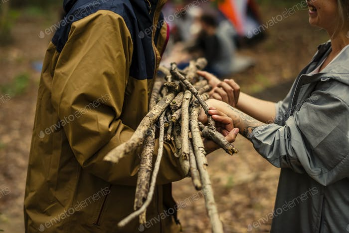 Freunde campen im Wald zusammen