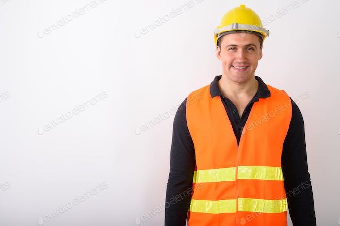 Porträt des jungen Mannes Bauarbeiter stehend