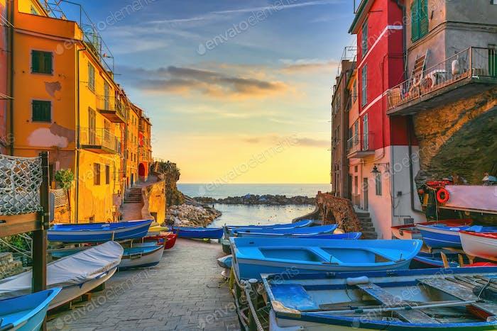 Riomaggiore Dorf Straße, Boote und Meer. Cinque Terre, Ligury, Italien.