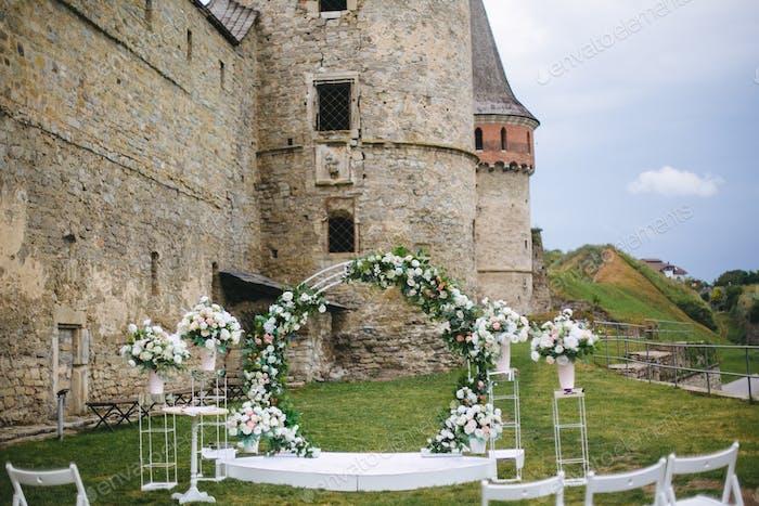 Hochzeitszeremonie im alten Schloss