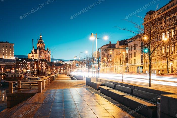 Helsinki, Finnland. Pohjoisranta Straße und Blick auf Uspenski Kathedrale in Abend Nacht Illuminationen