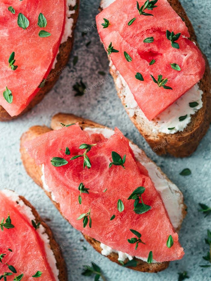 Toast mit Wassermelone, Weichkäse und Thymian
