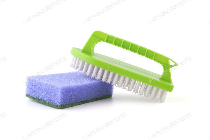 Schwamm und Bürste zum Reinigen.