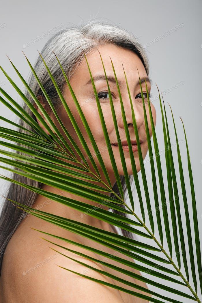 Beauty Porträt einer attraktiven reifen oben ohne Frau