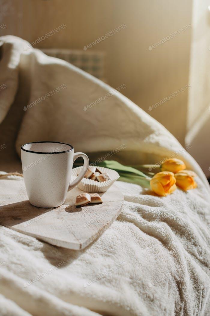 Morgenroutine, Miracle Morning, neues Tageskonzept. Das beste Ritual und die besten Gewohnheiten. Tasse Kaffee, ganz