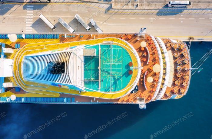 Luftaufnahme des Schwimmbades, Sonnenliegen, Sonnenschirme auf Kreuzfahrtschiff