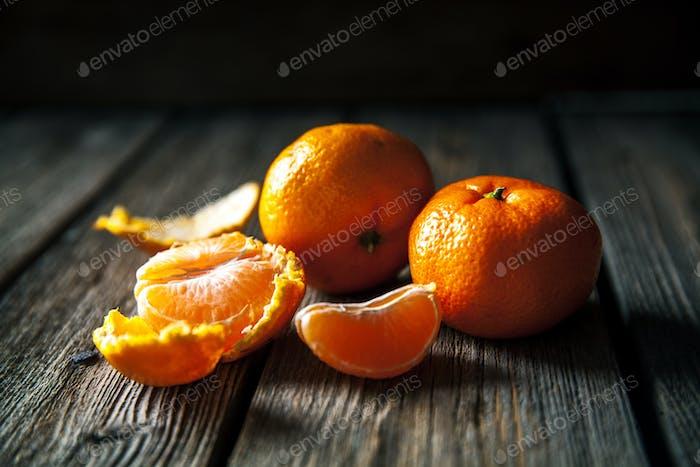 Mandarinen auf einem hölzernen Hintergrund. frisches Obst. Gesundes Essen
