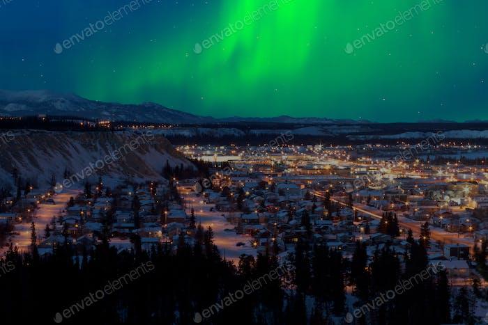 Nordlichter über der Innenstadt von Whitehorse