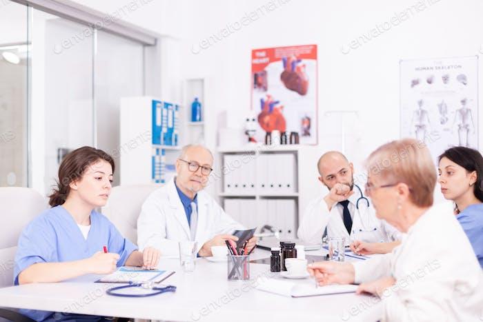 Team von Ärzten mit Brainstorming-Sitzung