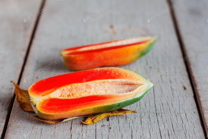 Papaya der Hälfte auf Holz