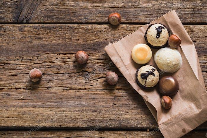 Bombones de chocolate sobre mesa de De madera vieja. Comida