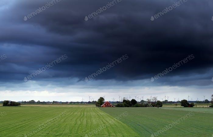 cielo tormentoso Oscuro sobre las tierras de cultivo de verano