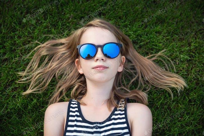 Glückliches Mädchen in der Sonnenbrille