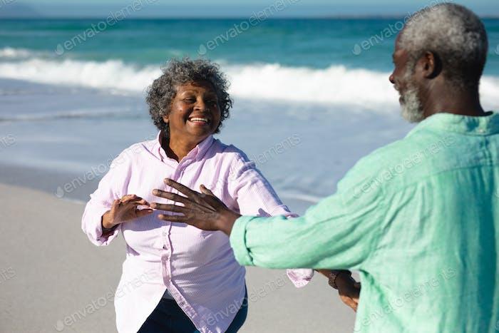 viejo pareja tener divertido en el playa