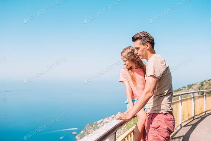 Familie von Vater und Kind im Sommerurlaub auf dem Hintergrund der Amalfiküste, Italien