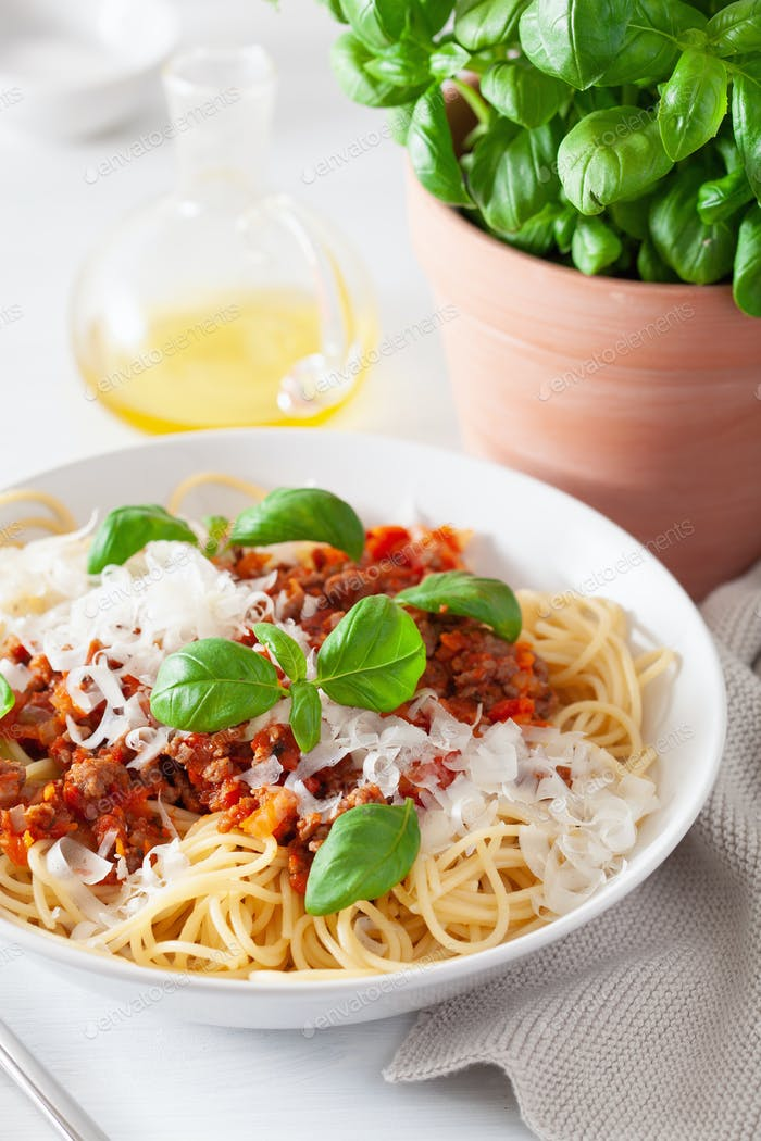 Spaghetti Bolognese mit Basilikum und Parmesan, italienische Pasta