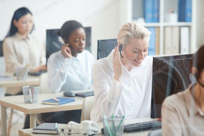 Weibliche Operatoren, die im Amt arbeiten