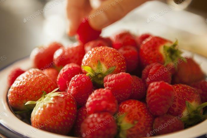 Schüssel mit frischen Erdbeeren.