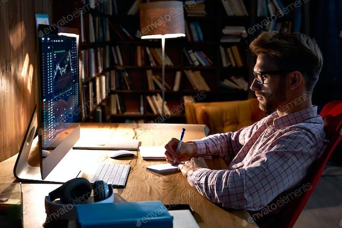 Hombre de negocios comerciante mirando pc analizando datos de trading gráfico financiero.