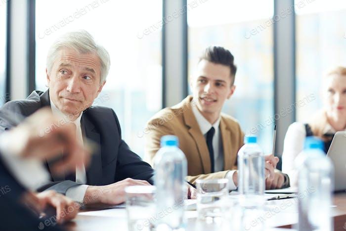 Intelligente Geschäftsleute, die Vorlesungen hören