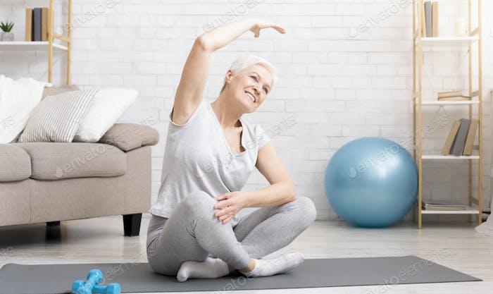 Aktive Senior Frau Übungen zu Hause