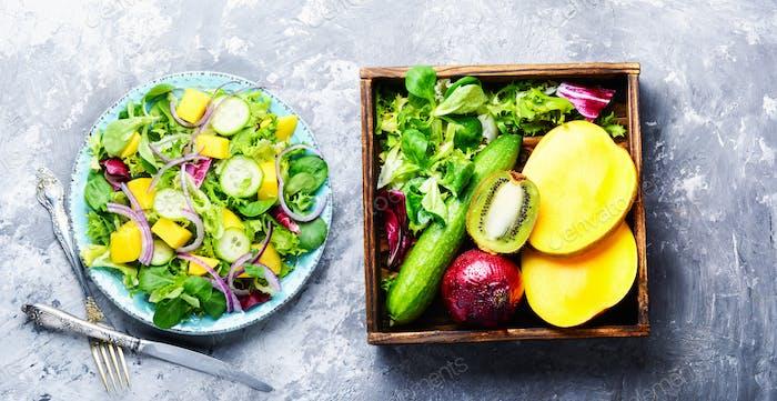Vegetarischer Salat mit Gemüse und Mango