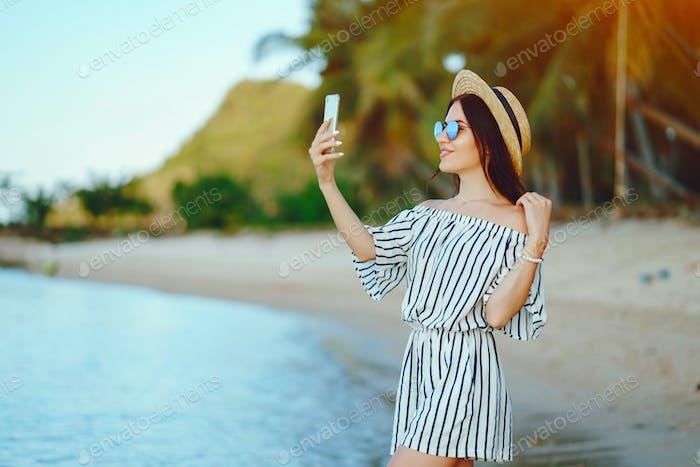 Mädchen Aufwachen entlang der Strand mit Ihr Telefon