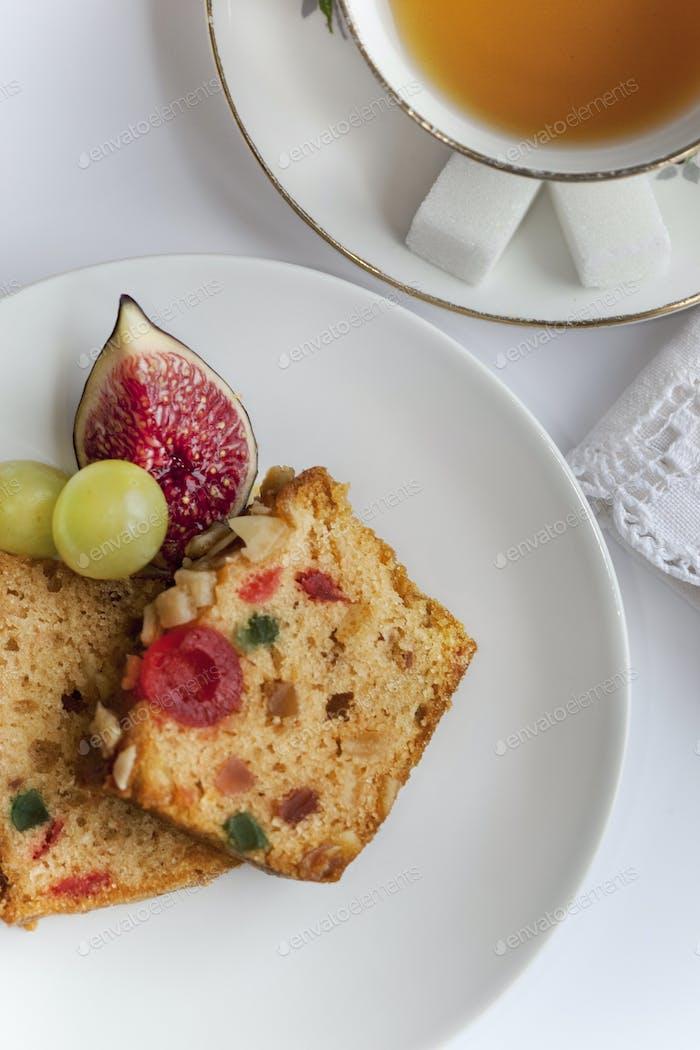 Kuchen und frisches Obst für Tee-Zeit