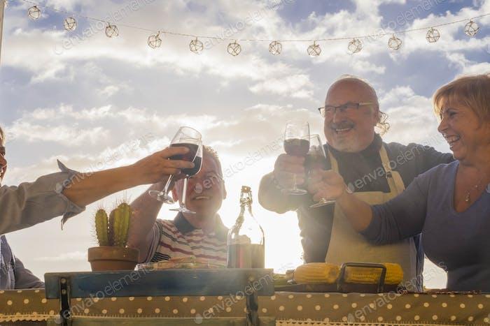 im Ruhestand Freunde mit Prost mit Wein im Freien