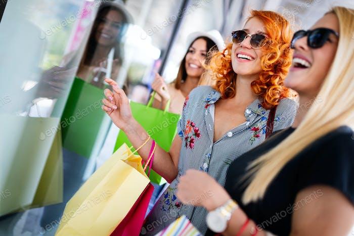 Gruppe von glücklichen lächelnden Freunden Einkaufen in der Stadt
