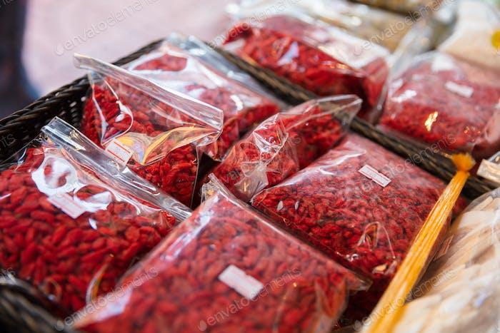 Getrocknete Goji-Beeren in Plastiktüten auf dem lokalen Markt