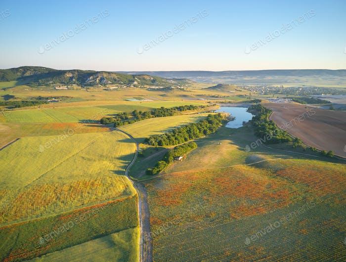 Luftfelder und Wiese im Berg.
