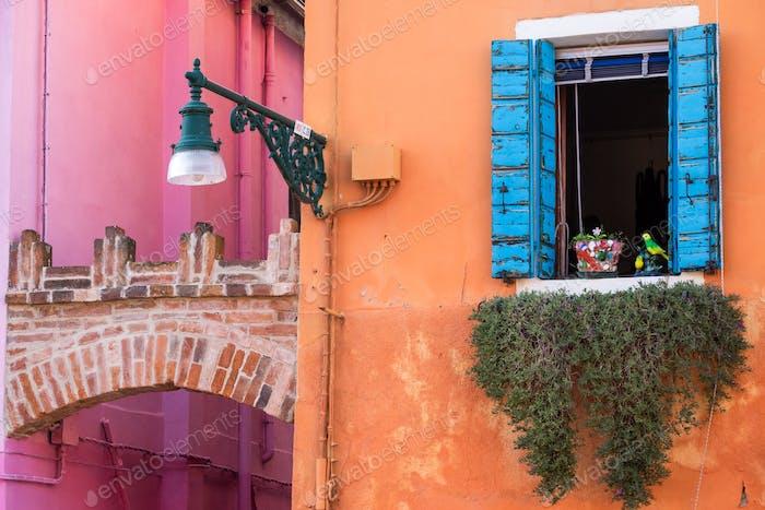 Bunte Wände und Fenster auf der Insel Burano, Venedig