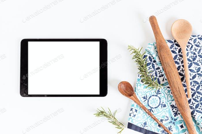Tablet und Küchengeschirr verspotten sich. Online-Rezeptanwendung, Vorlage für Kochkurse