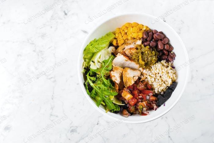 Mexikanische Lunchschale auf Marmorhintergrund