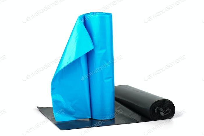 Rollen von blauen und schwarzen Plastikmüllsäcken
